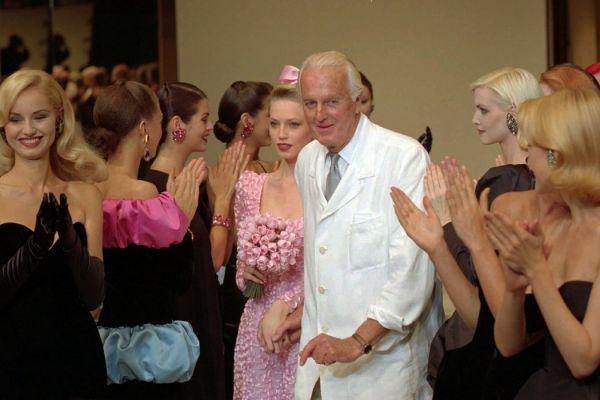 1995年,巴黎,于贝尔·德·纪梵希和他的模特们在秋冬时装系列的秀结束后。 (图片来自美联社)