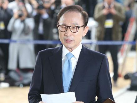 韩媒:韩前总统李明博到案受讯 向韩国国民致歉