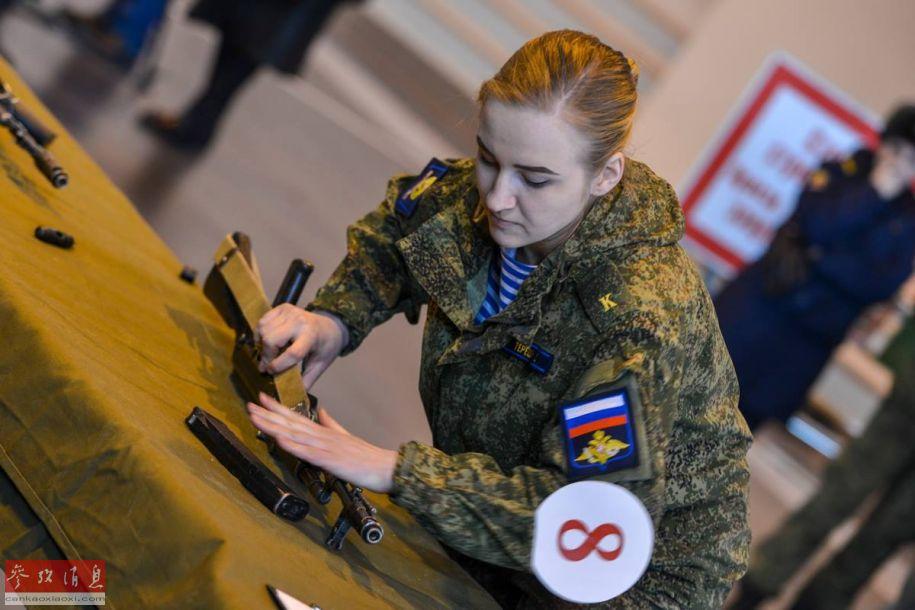 """在三天的时间里,参赛的女军人们要展示7项人个技能,包括""""智力赛环节"""",""""烹饪环节"""",""""服装设计环节"""",武力"""",""""舞会皇后环节"""",""""个人魅力展示环节""""等。图为参赛的俄女空降兵正在进行AK-74步枪分解与组装考核。"""