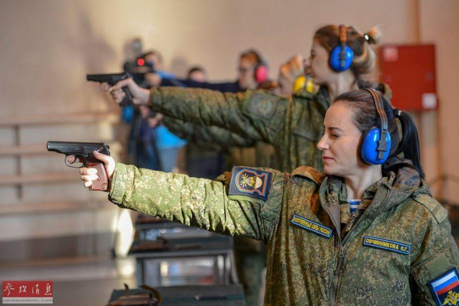近日,驻扎在梁赞的俄罗斯精锐空降军部队举行了一次女兵选美大赛。与一般选美大赛不同的是,不光要比颜值,更重要的是参赛女兵必须要有过硬的军事技能和战斗力,例如枪法、组装枪械的速度等。图为参赛女兵使用马卡洛夫手枪打靶比拼枪法。