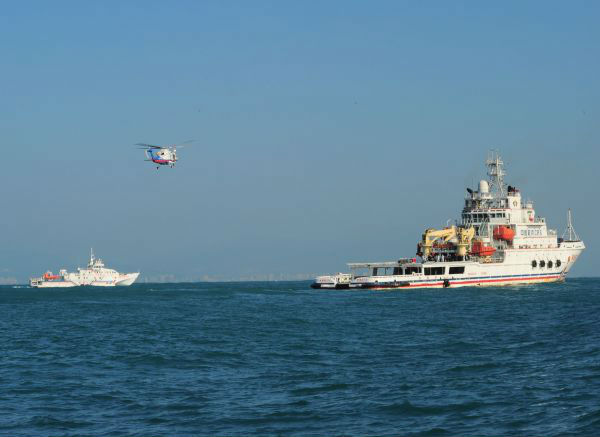 2017年12月19日,当日,海南海事局和南海救助局、南海第一救助飞行队在海南三亚以南附近海域开展首次海空联合巡航。(新华社)