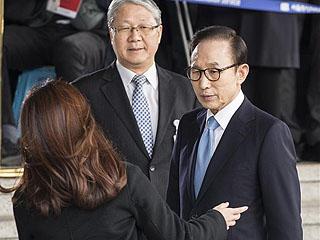 韩国前总统李明博接受讯问