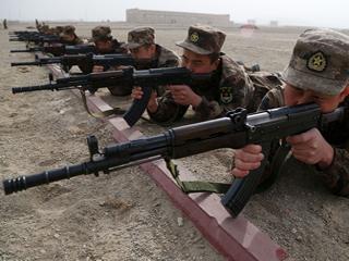 老当益壮!新疆军区用八一杠步枪打靶