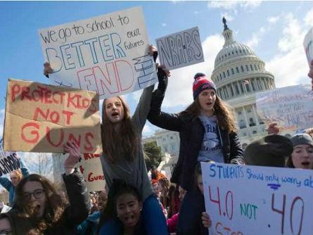 英媒:美众议院通过校园安全议案 避谈控枪引发学生抗议