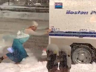 冰雪女王出手解救被困警车