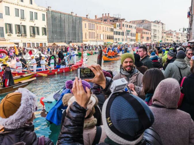 世界知名旅游城市面临游客潮压力 业者急寻妙招良方