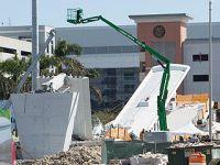 美国佛罗里达州过街天桥坍塌致多人死伤