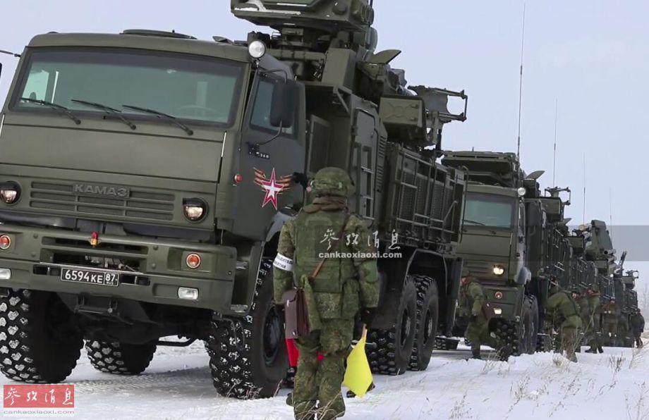 """近日,俄军""""铠甲-S1""""自行防空部队举行了一次反伏击突围演练,其中首次出现了乘员通过车上射击孔利用AK-74步枪还击的场面,较为罕见,本图集就此为您解读。图为""""铠甲-S1""""部队准备出动。5"""