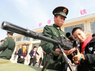 萌娃摸枪!小学生进军营体验训练生活