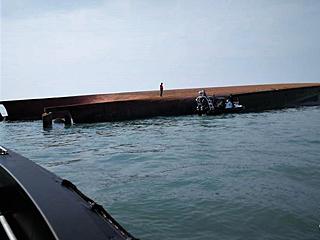 载有中国船员船只在马来西亚附近倾覆