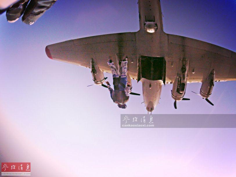 """提起二战美军的B-17轰炸机,在军迷间可谓是""""如雷贯耳"""",但像图中直接空投""""人肉炸弹""""(雾)就不多见了。近日,在美国亚利桑那州的卢克空军基地开放日上,就出现了美空军跳伞队从B-17弹舱中空降而出的难得场面,本文就此解读。"""