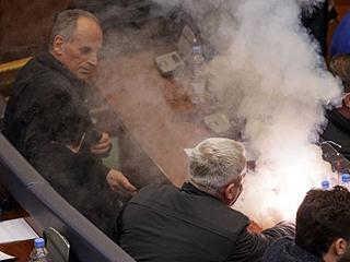 科索沃议员投掷催泪瓦斯