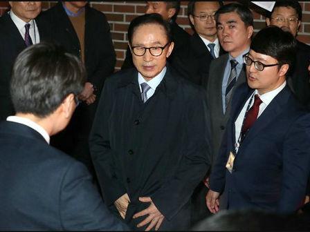"""李明博沦为韩国第4个涉腐被捕前总统 称自己""""咎由自取"""""""
