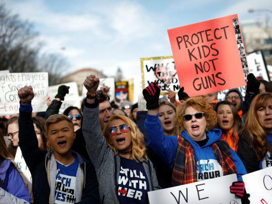 英媒:美国多地爆发控枪游行 抗议枪支暴力