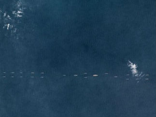 中国航母与40余艘舰艇南海演练 外媒:展现舰队间协同能力
