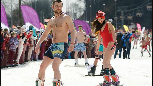 近2000人清凉上阵 俄或创造泳装滑雪新吉尼斯世界纪录