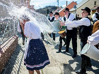 匈牙利泼水庆祝复活节