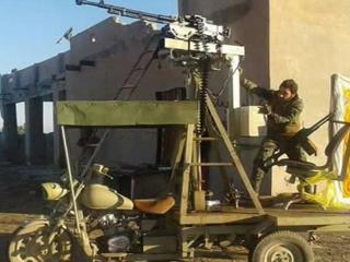 创意奇葩!叙民兵将拖拉机摩托改成战车