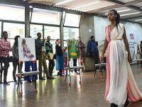 中国文化交流团在肯尼亚办画展和时装秀