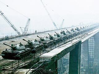 66辆坦克一字排开!实为桥梁抗压测试