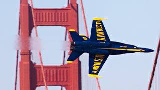 """时速700公里!喷气战机低空""""钻桥洞"""""""