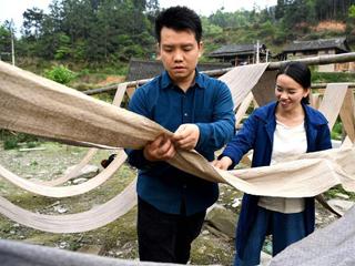 侗族大学生回村创业卖土布