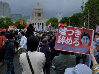 日本数万民众举行示威要求安倍下台