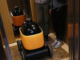 可与电梯交互的无人快递车亮相南京