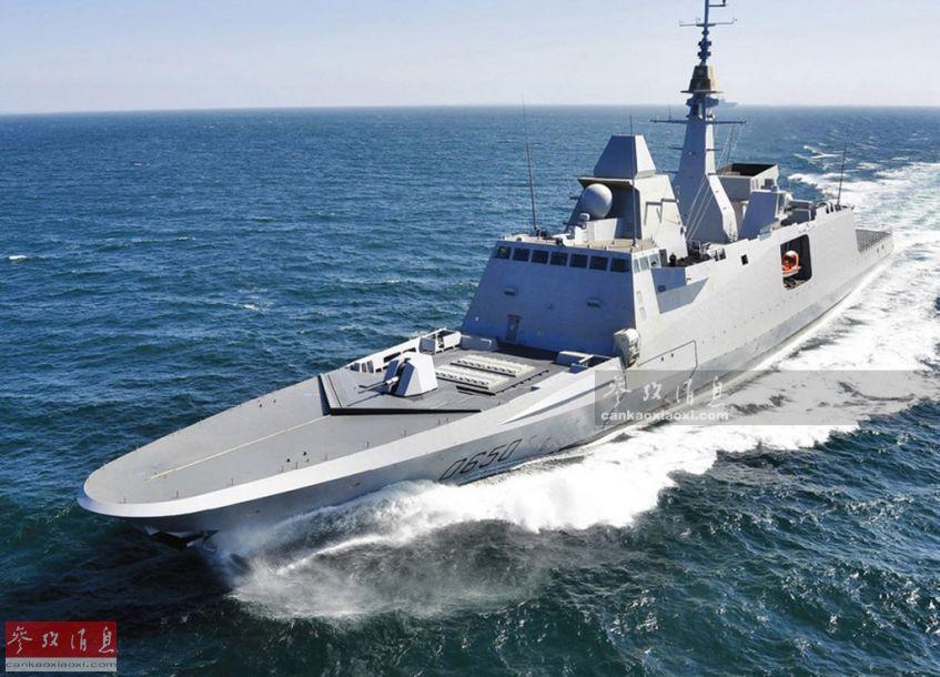 """阿基坦级(名称取自法国西南部一大区名),实为法国与意大利联合研发的""""欧洲多任务护卫舰""""(FREMM)的法国版,是西欧新锐导弹护卫舰的典型代表之一。其在设计阶段就考虑了雷达隐身需要,上层建筑与塔状桅杆多采用倾斜设计,武器系统多采用内置或隐身优化设计(舰炮),表面涂有雷达吸波涂料,综合隐身效果强于意大利海军同型舰。图为首舰""""阿基坦""""号(D650)航行资料图。"""