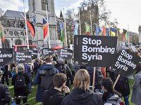 英国民众在伦敦议会大厦外举行反战游行