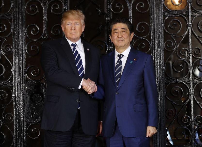 据路透社报道,美国总统特朗普和日本首相安倍晋三会面时,将寻求在如何处理朝鲜核问题上的一致立场。日本忧心特朗普可能很容易作出太多让步。(图片来源:法新社)