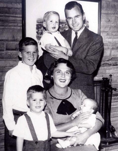 """据英国广播公司4月18日报道,美国前第一夫人芭芭拉·布什逝世,享年92岁。美国前总统乔治·布什办公室发表的一份声明称,芭芭拉·布什是""""家庭读写能力教育的坚定支持者""""。图为1956年的布什家族照片。(图片来源:路透社)5"""