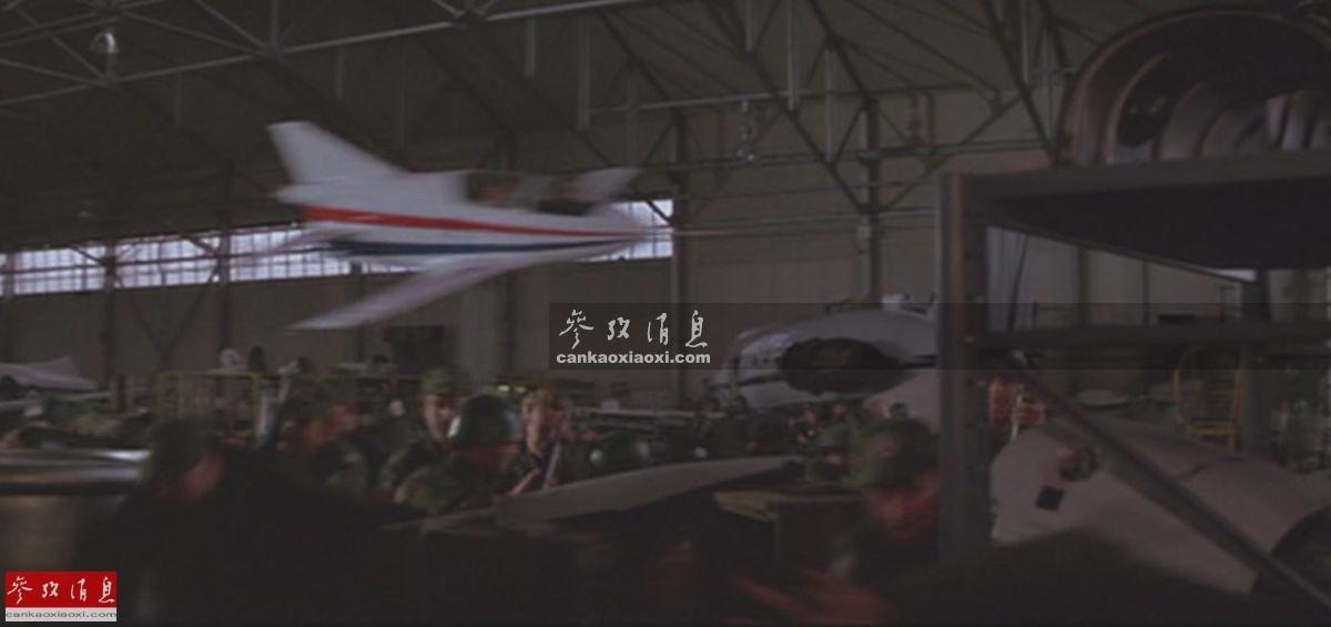 """看过1983年上映的电影《007 八爪女》的童鞋,通常会对开幕战中007驾驶的BD-5J迷你喷气机超低空钻入机库再飞出的剧情印象深刻,但你知道其不仅有现实原型,而且后来还有人""""发扬光大""""么,本图集就此解读。图为影片中,BD-5J飞入机库的视频截图。8"""