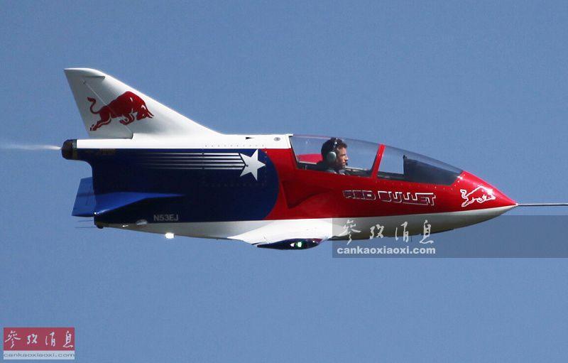 "BD-5J装有一台最大推力1.3千牛的TJ-100涡喷发动机,作为世界最小的单发喷气式载人飞机入选了《吉尼斯世界纪录》,并已保持该纪录超过25年。BD-5J全机长4米,翼展仅5.2米,机高1.75米,空重仅189千克,最大飞行速度可达每小时515千米。图为""红牛""飞行表演队的BD-5J资料图。"