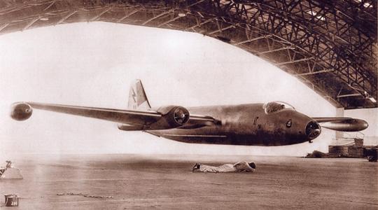 时速300公里!王牌战机超低空钻机库