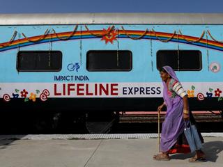 """走进印度""""生命线特快"""":为穷人治病的""""火车医院"""""""