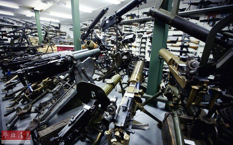 除各种步枪、冲锋枪外,这里的展品还包括各型重机枪,例如图中的各型马克沁重机枪。