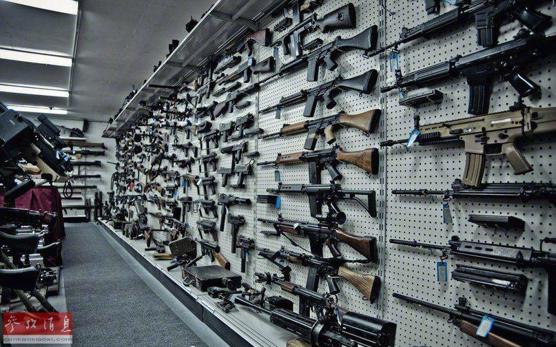 图中的墙上基本囊括了西欧国家的著名轻武器,包括比利时FN公司的各型FAL步枪,还有更新一些的SCAR突击步枪等。