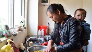 贵州贫困户:楼上住新家 楼下进工厂