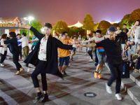 年轻人跳起广场舞