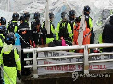 """韩媒:韩警方强制疏散""""反萨""""居民 10多人受伤"""