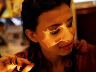 巴西盲人女性学习化妆