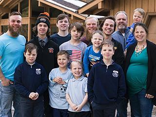 美国女子连生14个儿子