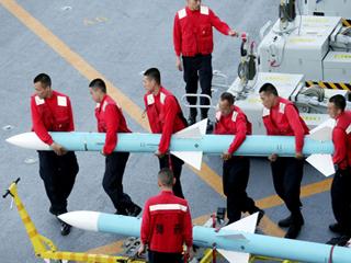一枚导弹6人抬!歼-15海上训练