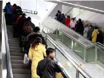 """港媒:内地多城叫停搭乘自动扶梯""""左行右立""""规则"""