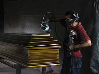 """外媒记者探访萨尔瓦多的""""棺材制造之都"""""""