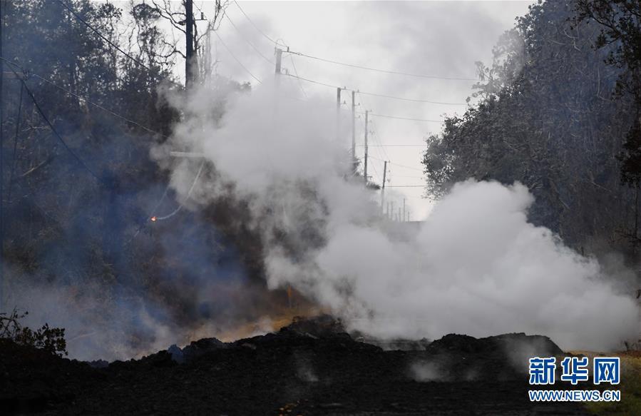 夏威夷火山喷发受灾区:地面裂缝冒毒气