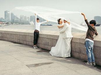美媒称中国新人婚纱摄影很疯狂:有的仿如电影拍摄现场