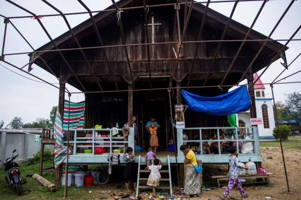 5月12日,在缅甸克钦邦,冲突造成的难民在一座教堂避难。(新华法新)