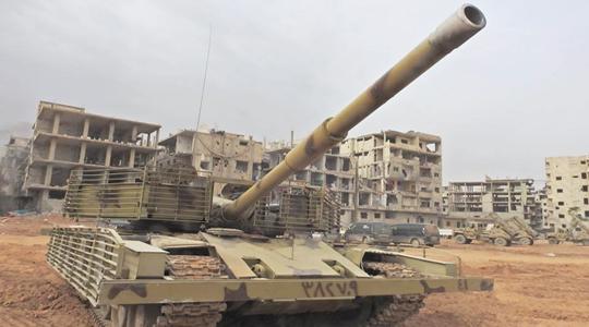 就地取材!叙军坦克附加装甲内竟有砖头